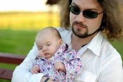 Pai novo com seu bebé pequeno Imagem de Stock Royalty Free