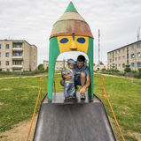 Pai novo com seu filho 1 3 anos no campo de jogos na vila Imagens de Stock
