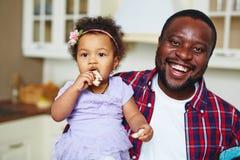 Pai novo e sua filha imagem de stock