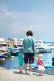 Pai novo e suas crianças na vila do pescador foto de stock