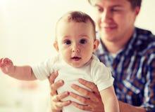 Pai novo feliz com beb? pequeno em casa imagem de stock royalty free
