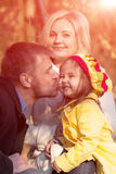 Pai novo feliz Kissing Daughter da família Fotografia de Stock Royalty Free