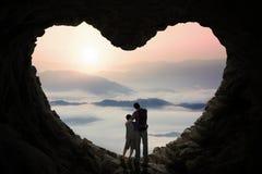 Pai novo na caverna com seu filho fotografia de stock