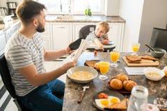 Pai novo no café da manhã imagem de stock royalty free
