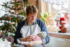 Pai novo orgulhoso feliz que guarda sua filha recém-nascida de sono do bebê Fotos de Stock