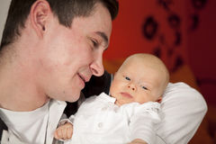 Pai novo orgulhoso que admira sua filha Imagem de Stock Royalty Free