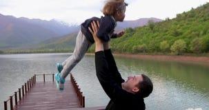 Pai novo playfully para jogar acima no ar e para travar pouco filho da criança vídeos de arquivo