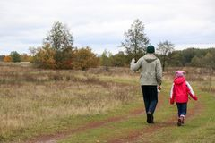 Pai novo que joga com sua filha em um campo imagens de stock