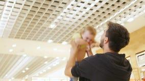 Pai Plays da opinião da parte traseira com menina e lances acima video estoque