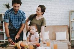 Pai Prepares Breakfast para a mulher e a filha foto de stock