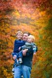 Pai que anda com crianças felizes Foto de Stock Royalty Free