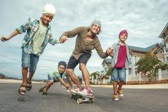 Pai que aprende montar o skate Foto de Stock Royalty Free