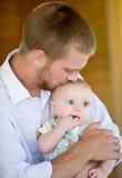 Pai que beija o filho Imagens de Stock