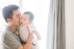 Pai que beija o filho do bebê imagem de stock royalty free
