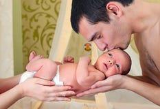 Pai que beija seu bebé recém-nascido Imagens de Stock Royalty Free