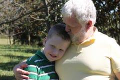 Pai que beija seu filho autístico Fotografia de Stock