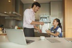 Pai que dá o café da manhã a sua filha Fotos de Stock