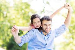 Pai que dá a sua filha um reboque Imagens de Stock