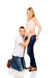 Pai que escuta a barriga grávida da mãe Imagens de Stock Royalty Free