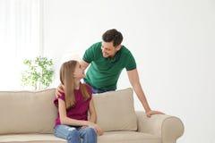 Pai que fala com sua filha do adolescente foto de stock