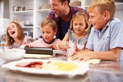 Pai que faz a pizza com suas crianças Fotografia de Stock
