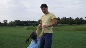 Pai que gira ao redor sua filha pequena bonito vídeos de arquivo