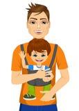 Pai que guarda o rapaz pequeno com portador de bebê ilustração do vetor