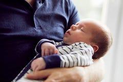 Pai que guarda seu bebê recém-nascido fotografia de stock royalty free