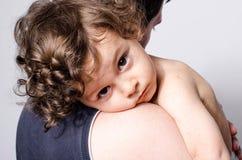 Pai que guarda um bebê doente bonito foto de stock royalty free