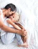 Pai que huggling sua filha na cama foto de stock