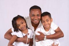 Pai que huging seus miúdos Fotografia de Stock