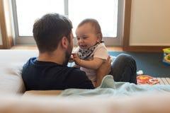 Pai que joga com bebê Foto de Stock Royalty Free