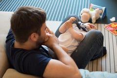 Pai que joga com bebê Fotografia de Stock Royalty Free