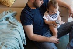 Pai que joga com bebê Foto de Stock