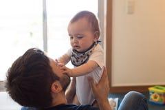 Pai que joga com bebê Imagem de Stock