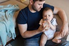 Pai que joga com bebê Imagem de Stock Royalty Free