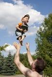 Pai que joga com filho Fotos de Stock Royalty Free
