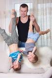 Pai que joga com seus dois filhos. Imagem de Stock