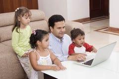 Pai que joga com suas crianças Imagens de Stock Royalty Free
