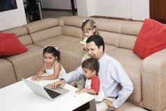 Pai que joga com suas crianças Fotografia de Stock Royalty Free