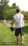 Pai que joga o basebol Fotos de Stock