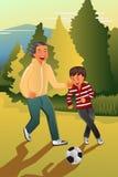 Pai que joga o futebol com seu filho Imagem de Stock Royalty Free