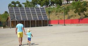 Pai que mostra a filho os painéis solares video estoque