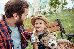 pai que olha a filha pequena ao descansar fotografia de stock royalty free