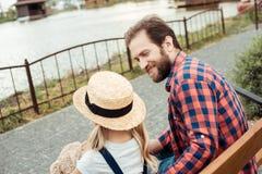 pai que olha a filha pequena ao descansar fotos de stock royalty free