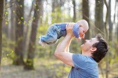 Pai que prende seu bebê pequeno Fotografia de Stock