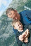 Pai que prende seu filho Imagens de Stock