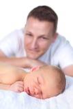 Pai que presta atenção ao bebê recém-nascido Fotografia de Stock