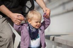 Pai que suporta seu desenvolvimento da filha Imagem de Stock Royalty Free