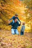 Pai que tem o divertimento com miúdos Foto de Stock